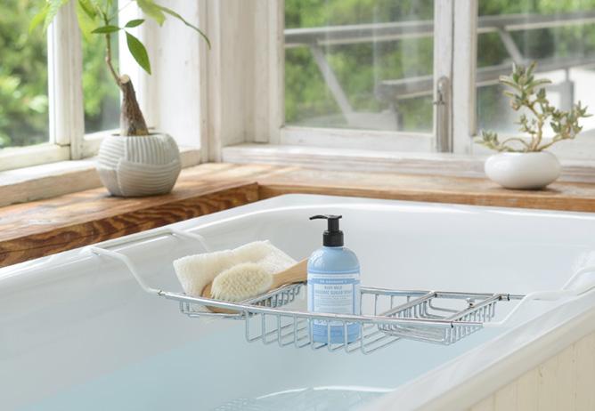 ドクターブロナー オーガニックシュガーソープを使ったバスタイムのイメージ。オーガニックシュガー*1が肌を保湿しながらやさしく洗い上げ、オーガニックシカカイ*2がすっきりと肌を洗浄します。(*1スクロース(保湿成分) *アカシアコンシナ果実(洗浄成分))
