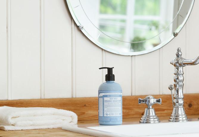ドクターブロナー オーガニックシュガーソープを使った洗面台のイメージ。1本でハンドソープや洗顔料として使えます。使いやすいポンプ式。