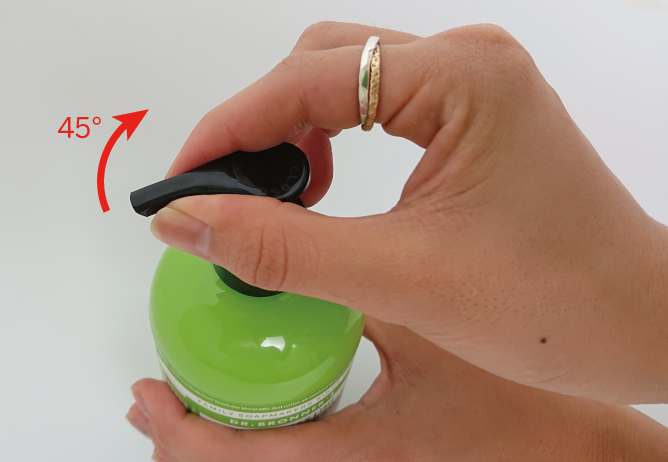 ドクターブロナー オーガニックシュガーソープの開け方、STEP2。ノズルをOPENの方に45度回して開ける。