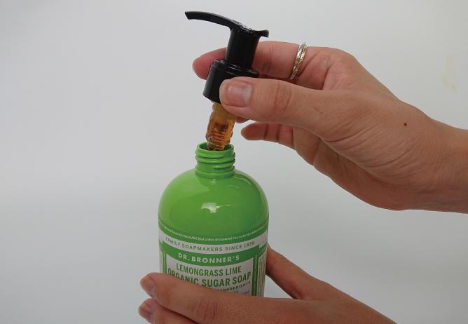 ドクターブロナー オーガニックシュガーソープが開かない場合の対処法、STEP1。首の黒い部分を回して、ボトルを開ける。
